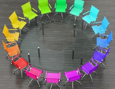 Bunte Stühle in einem Kreis