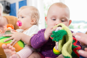 Babys beim Spielen
