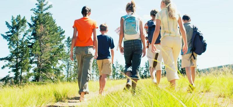 Familie im Schnee, Feld und Bäume im Winter, Weihnachtsstrümpfe, gefrorene Scheibe, Plätzchenteig