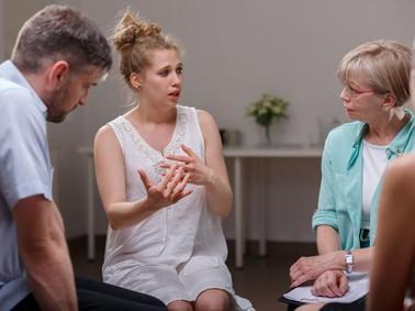 Menschen sitzen zusammen und diskutieren über ein Thema