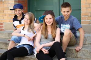 Jugendliche sitzend auf einer Treppe