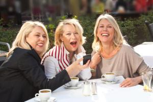 Drei Frauen im Café