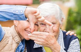 Zwei Frauen bilden mit Händen Rechteck