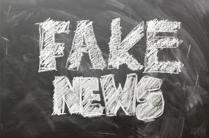 Fake News Schrift mit Kreide auf Tafel